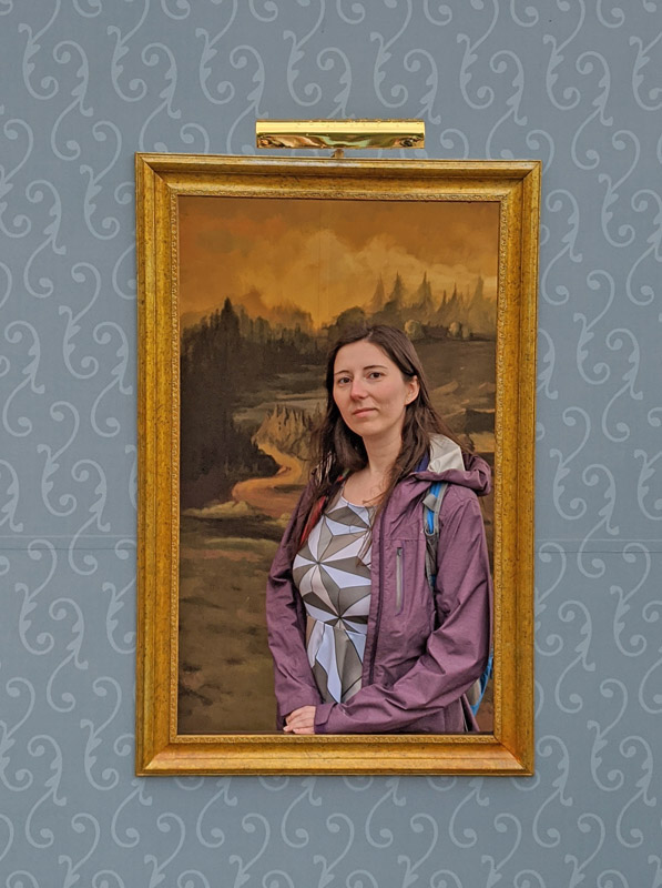 Woman posing as the Mona Lisa at the Festival of the Arts