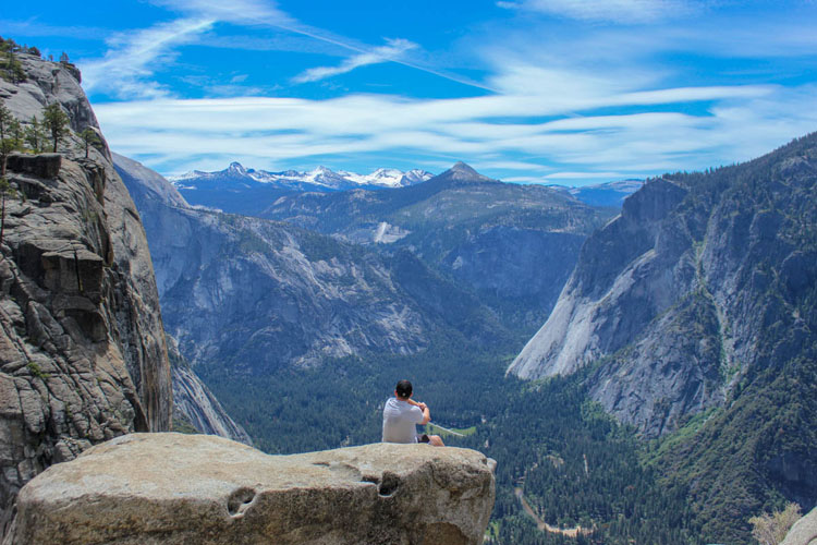Man posing at Yosemite Point overlooking the Yosemite Valley